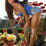 seksi devojka u bašti