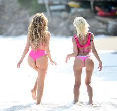 mama i ćerka na plaži