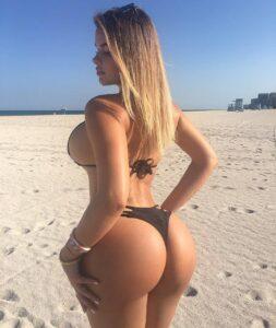 guzata ćerkica šeta plažom