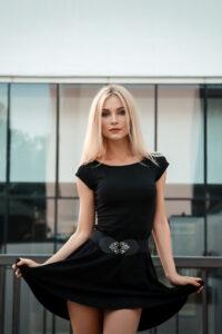 slatka mlada plavušica u haljini